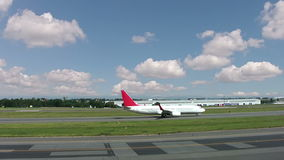 Ruch drogowy przy lotniskiem zbiory wideo