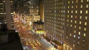 Ruch drogowy przy nocą na 8th Ave zdjęcie wideo