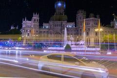 Ruch drogowy przy nocy arround Cibeles kwadratem Madryt, Hiszpania zdjęcia royalty free