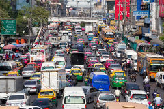 Ruch drogowy rusza się wolno wzdłuż ruchliwie drogi w Bangkok, Tajlandia Zdjęcia Royalty Free