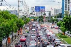 Ruch drogowy rusza się wolno wzdłuż ruchliwie drogi w Bangkok, Tajlandia Zdjęcia Stock
