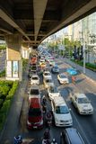 Ruch drogowy rusza się wolno wzdłuż ruchliwie drogi w Bangkok, Tajlandia ann Zdjęcie Royalty Free