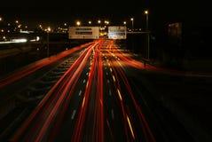 Ruch drogowy w nocy w Madryt jasny obraz zdjęcie stock