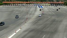 Ruch drogowy w opłacie drogowa Odgórny widok zbiory wideo