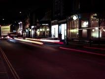 Ruch drogowy w ruchu przy nocą Zdjęcia Royalty Free