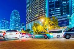 Ruch drogowy w w centrum Bangkok przy nocą Zdjęcie Royalty Free