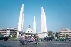 Ruch drogowy wokoło demokracja zabytku przy Bangkok Tajlandia zdjęcie stock