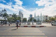 Ruch drogowy wyspa i crosswalk w Yangon Zdjęcie Royalty Free