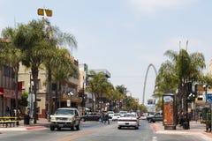 Ruch drogowy Wzdłuż Avenida Revolucion z Monumentalnym łukiem w Tijuana, Meksyk zdjęcia royalty free