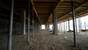 Ruch kamera między budynków poparciami które wspierają betonowe struktury Niedokończona podłoga na zbiory
