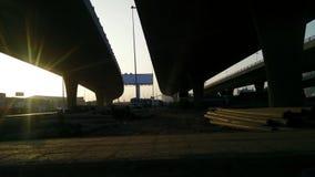 Ruch kamera z długimi drymbami pod mostem zbiory