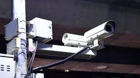 Ruch kamery bezpieczeństwa i światła ruchu na ulicie przy nocą zdjęcie wideo