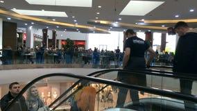 Ruch klienci w supermarkecie na eskalatorze zbiory wideo