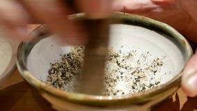 Ruch kobieta sezamu inside mashing puchar przy Japońską restauracją out zbiory wideo