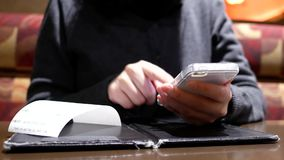 Ruch kobieta używa telefon z plam ludźmi je jedzenie i gawędzić zbiory wideo