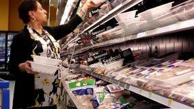 Ruch kobiety kupienia mięso