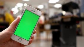 Ruch kobiety mienia zieleni ekranu telefon komórkowy o zbiory