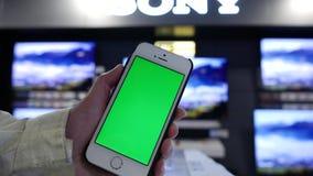 Ruch kobiety mienia zieleni parawanowy telefon przed pokazem tv na sprzedaży zbiory