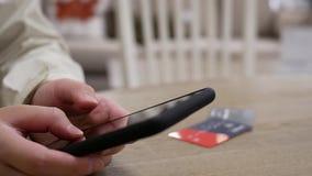 Ruch kobiety pisać na maszynie numer karty kredytowej dla kupować prezent zbiory