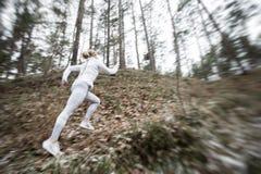 Ruch kobiety zamazany bieg w lesie fotografia stock