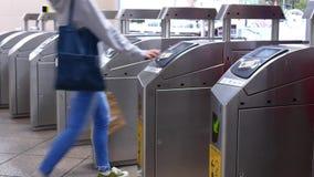 Ruch ludzie chodzi przez opłaty wynagrodzenia strefy i stuka ich kartę dla brać MRT