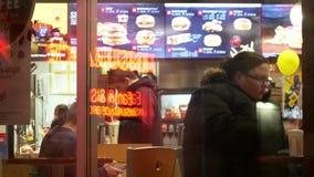 Ruch ludzie cieszy się posiłek przy McDonald ` s restauracją zdjęcie wideo