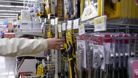 Ruch ludzie kupuje narzędzia Walmart inside sklep zbiory wideo