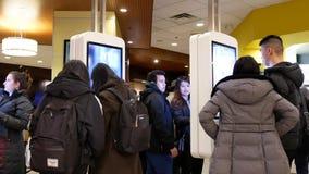 Ruch ludzie rozkazuje jedzenie przy jaźnią - sprawdza out maszynę