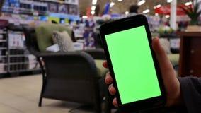 Ruch ludzie trzyma zielonego parawanowego telefon zbiory wideo