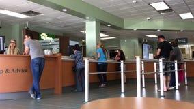 Ruch ludzie uszeregowywa czekać na usługi wśrodku banka zbiory wideo