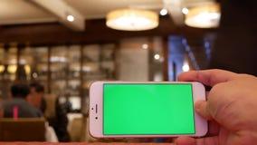 Ruch mężczyzna mienia zieleni parawanowy telefon z plam ludźmi je jedzenie i gawędzić zdjęcie wideo