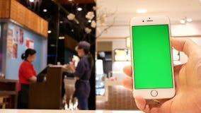 Ruch mężczyzna mienia zieleni parawanowy telefon z plamy pracować ludźmi zbiory