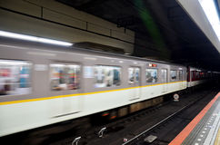 Ruch metra Kintetsu bieg od Nara staci iść t obraz royalty free