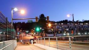 Ruch napędowy samochód w mieście przy nocą zdjęcie wideo