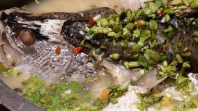 Ruch odparowany bas z ziele i cytryna w białym naczyniu słuzyć zbiory wideo