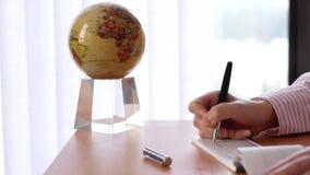 Ruch pisze kratce z kuli ziemskiej przędzalnictwem biznesowa kobieta zdjęcie wideo
