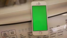 Ruch pokaz płuczki maszyna i zielony parawanowy telefon zbiory wideo
