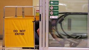 Ruch pracownik zamykał eskalator dla utrzymania z no wchodzić do znaka zdjęcie wideo