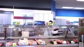 Ruch pracownika cleaning pokazu mięsny stojak przy drobiową sekcją zbiory