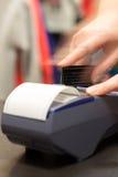 Ruch ręka Z Kredytowej karty zamachem Przez Terminal Dla sprzedaży Zdjęcia Stock