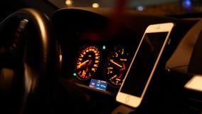 Ruch samochodowy jeżdżenie i ogniskowanie na samochodowej desce rozdzielczej przy nocą zdjęcie wideo