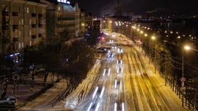 Ruch samochody na nocy ulicie Czasu upływ City Road ruch drogowy przy nocą, Rosja zdjęcie wideo