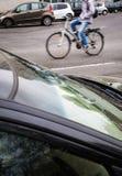 Ruch zamazywał żeńskiego rowerzysty na miasto ulicie Zdjęcie Royalty Free