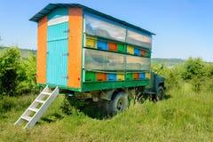 Ruche mobile colorée, rucher Apiculture photographie stock