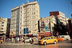 Ruchliwa ulica i nieociosane ściany Istanbuł zdjęcia stock