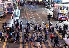 Ruchliwa Ulica w drogiej na grobli zatoce w Hong Kong zdjęcia royalty free