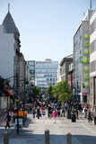 Ruchliwa ulica w Reykjavik na słonecznym dniu Fotografia Stock