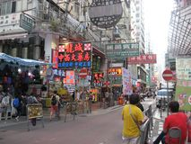 Ruchliwa ulica z rynkiem w Mong Kok, Hong Kong fotografia royalty free