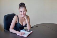 Ruchliwie żeński urzędnik iść robić notatkom Zdjęcia Stock