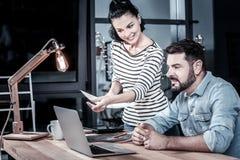 Ruchliwie życzliwi partnery komunikuje laptop i używa obrazy royalty free